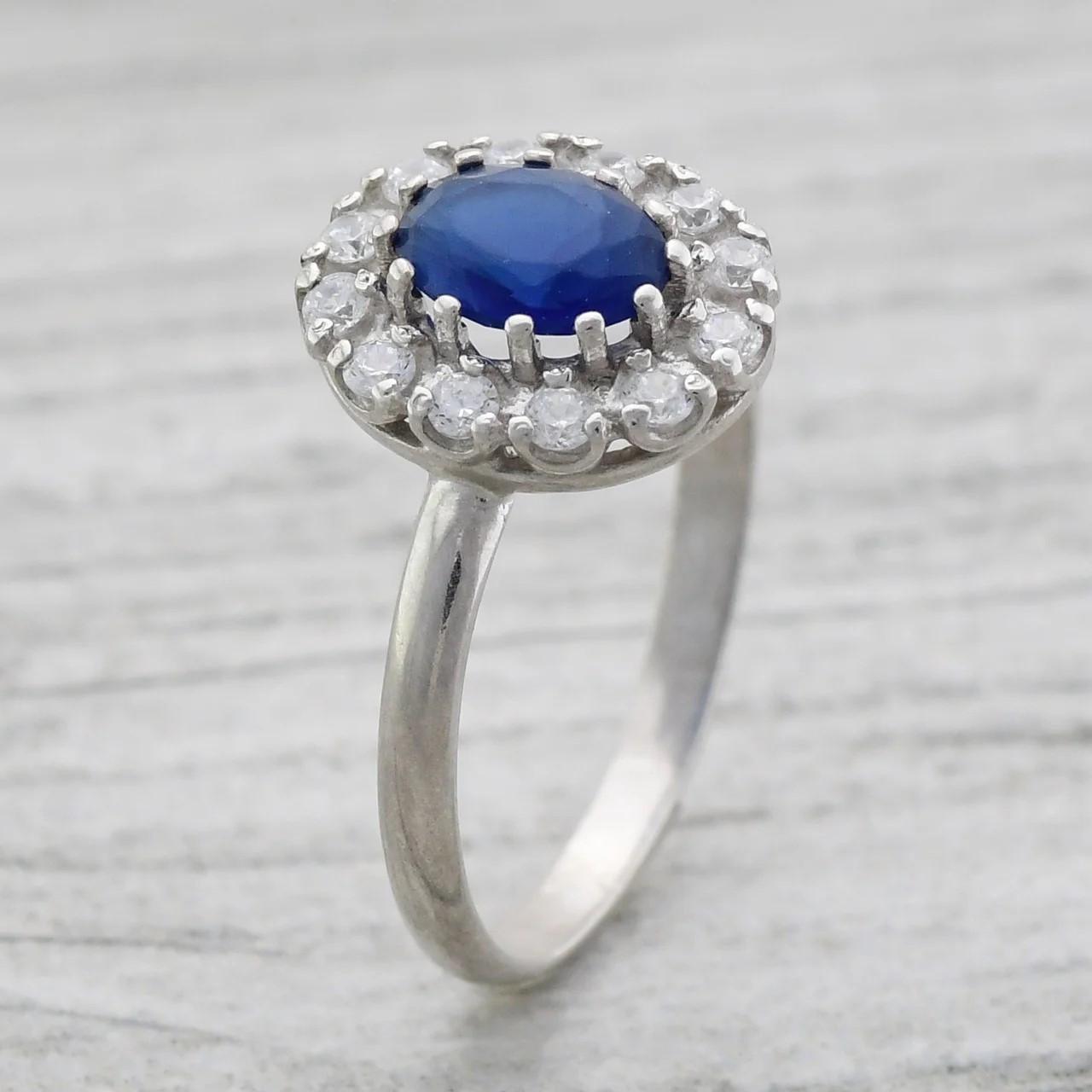 Серебряное кольцо Карамель вставка синий фианит вес 2.15 г размер 16