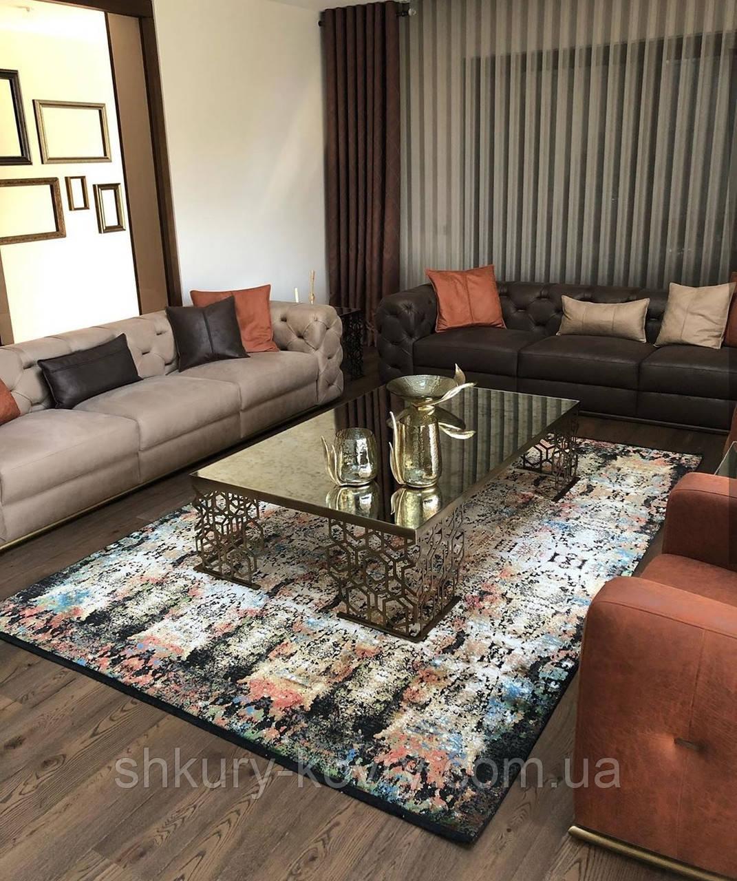 Шикарний шовковистий темний класичний килим в кольорі мультиколор на чорному тлі