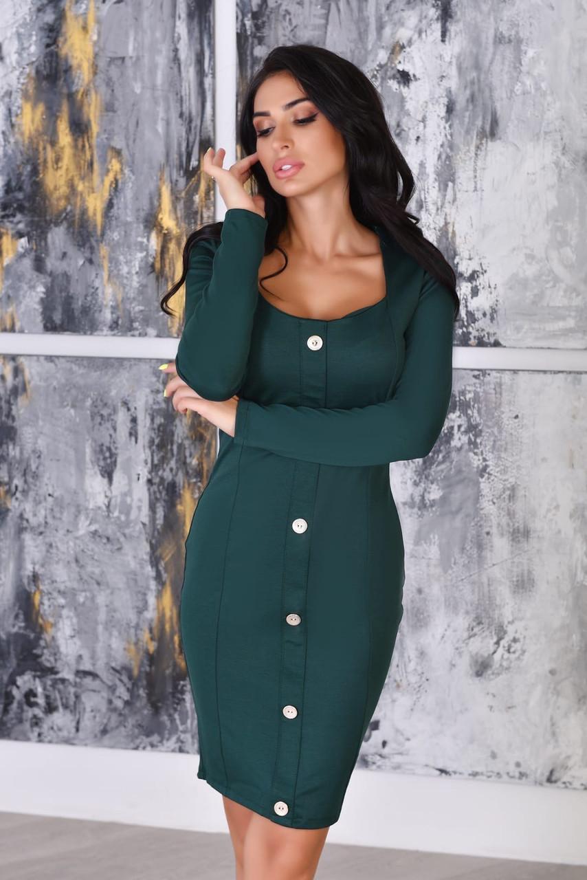 Элегантное платье-футляр с декольте и декоративными пуговицами спереди