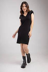 Трикотажное нарядное черное платье декорировано стразамы на плечах в размере 40-46