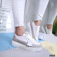 Светлые спортивные кроссовки из натуральной кожи