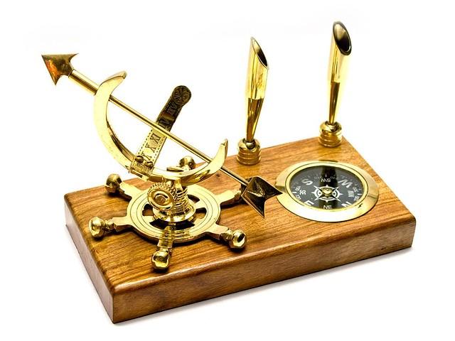 Письменный набор с компасом и солнечными часами дерево,бронза (11х18х10 см)