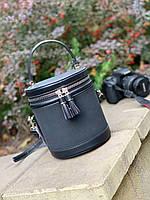Маленька чорна сумочка у формі бочки .