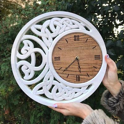 Часы из дерева с орнаментом
