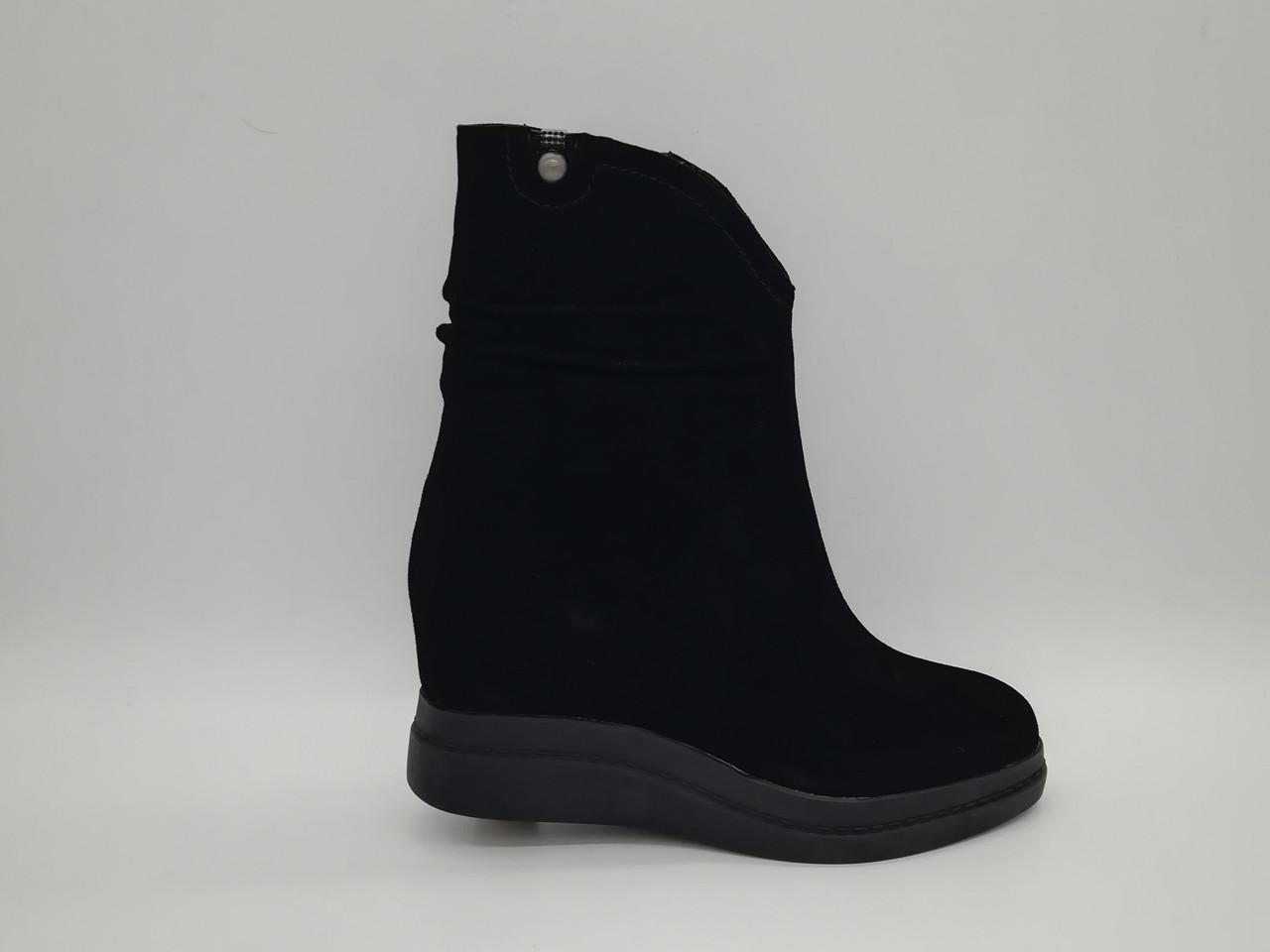 Черные замшевые  зимние ботиночки на толстой подошве. Маленькие (33 - 35) размеры.