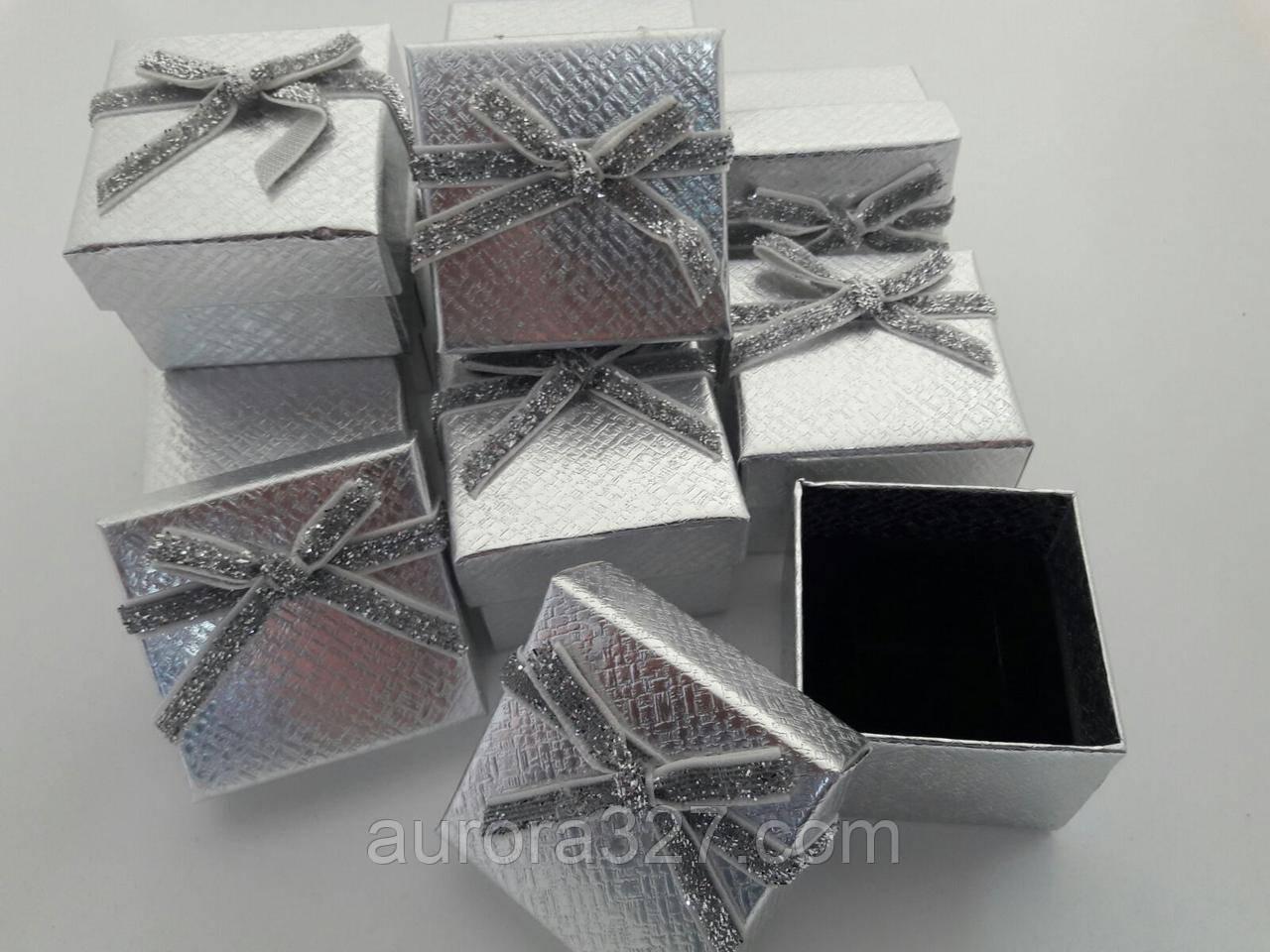 """Коробочка картонная для кольца серьги кулона 5х5х3,5 см """"яркий бант"""" серебро."""