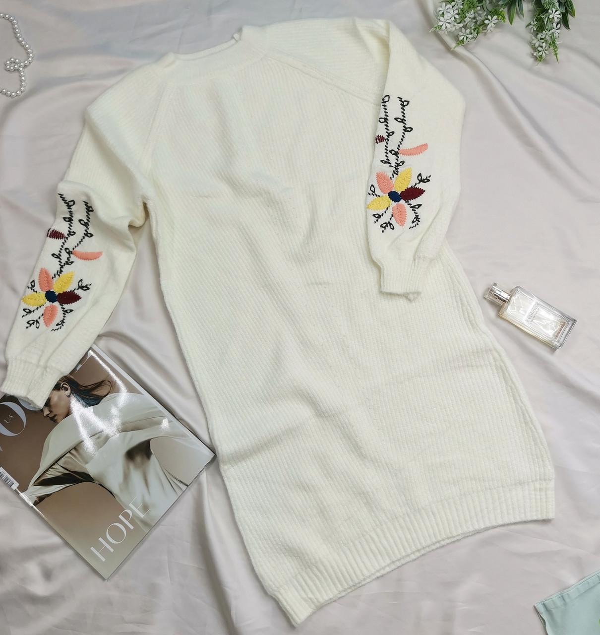 Женское теплое вязаное платье с вышивкой белое