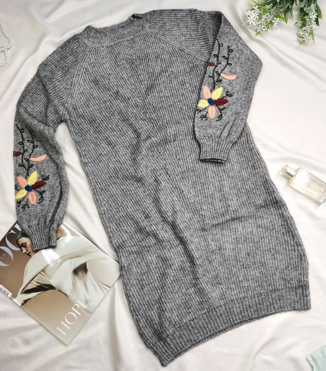 Женское теплое вязаное платье с вышивкой серое