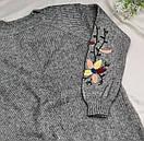 Женское теплое вязаное платье с вышивкой серое, фото 2