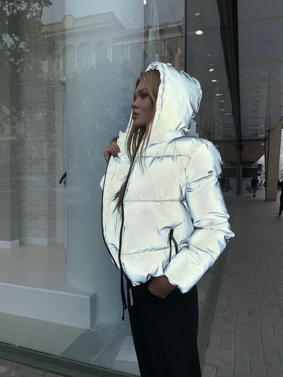Світловідбиваюча жіноча коротка куртка зі знімним капюшоном (р. 42-48) 84ki486