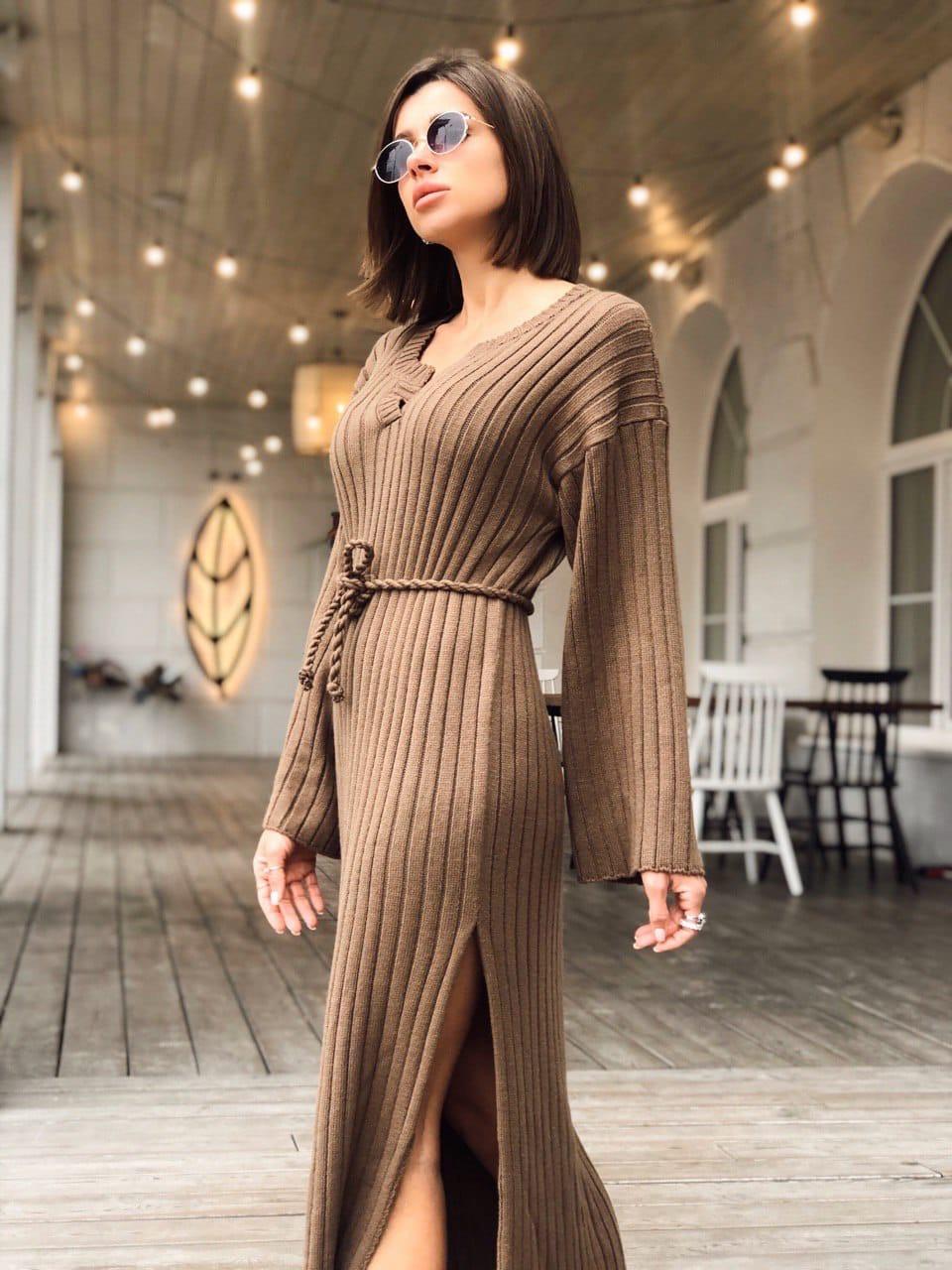 Повседневное платье вязаное длиной макси, с кулиской на талии и разрезом сбоку (р. 42-46) 14ty1674