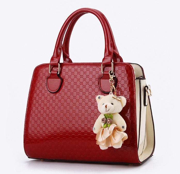 Стильная женская сумка Valenkuci красный с косметичкой и брелком