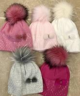 В'язана шапочка для дівчинки з хутряним пампоном