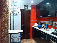 Черная кухня с белой столешницой