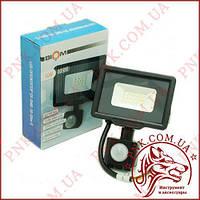 Светодиодный прожектор с датчиком движения BIOM 10W, 115мм.*85мм.*35мм. холодный (6200K), SMD 2835