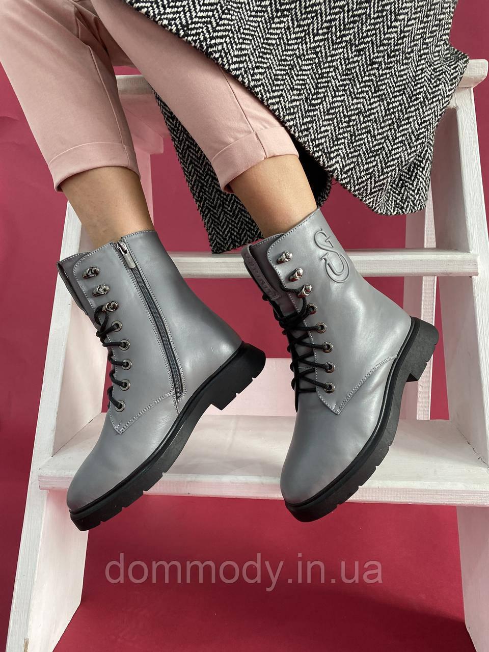 Женские зимние ботинки из кожи серого цвета