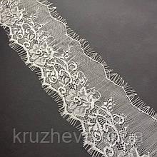 Ажурное французское кружево шантильи (с ресничками) белого цвета шириной 9 см, длина купона 3,1 м.