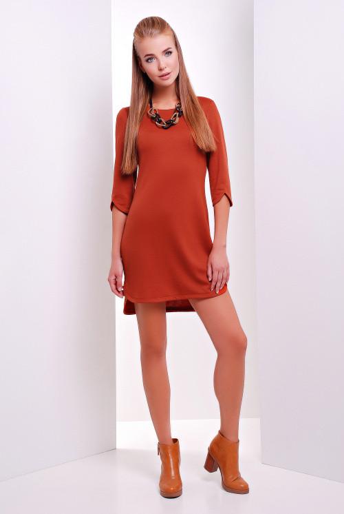 Стильное однотонное платье с разрезами на рукавах и снизу кирпичное