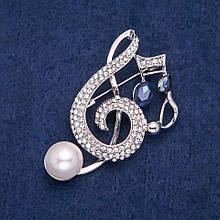 Брошь Скрипичный Ключ и Ноты с синими кристаллами, белыми стразами и бусиной, серебристый металл 42х53мм