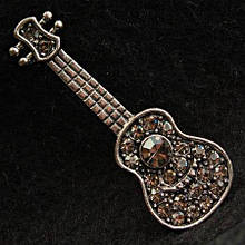 [17/47 мм] Брошь светлый металл аккустическая гитара, украшенная стразами