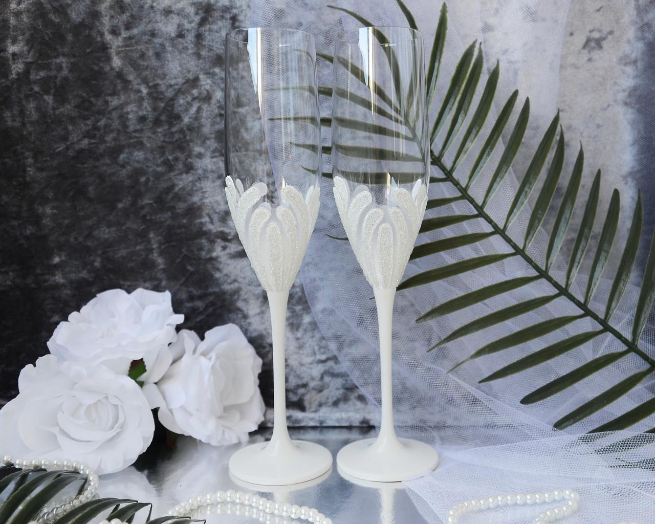 Свадебные бокалы для молодоженов ручной работы. В белом цвете с блестками на декоре