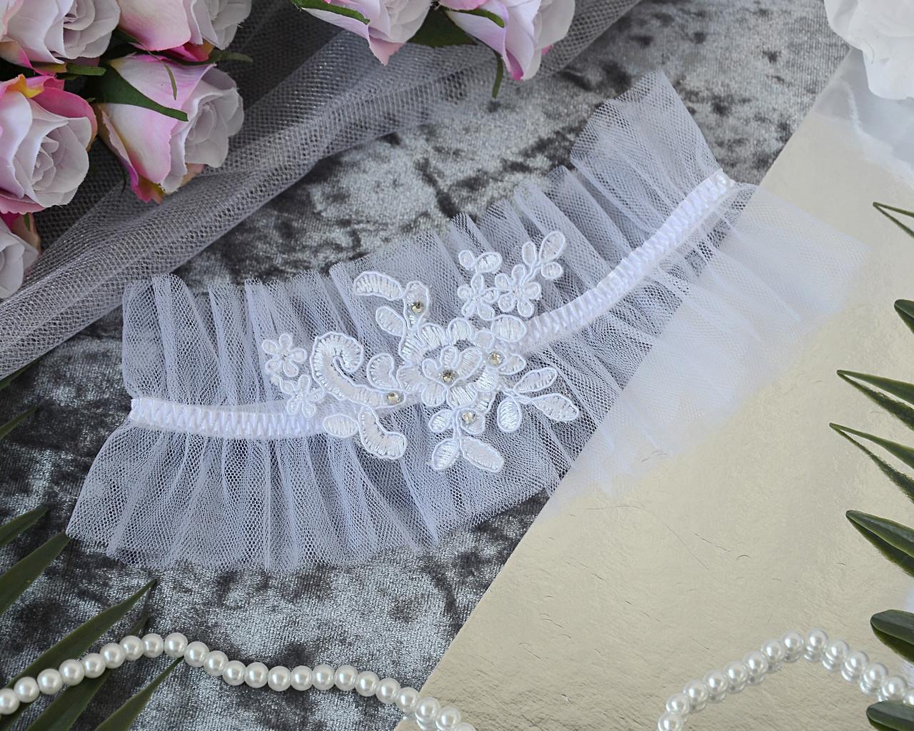 Свадебная белая подвязка на ногу для невесты со стразами