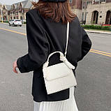 Женская квадратная сумочка на ремешке рептилия белая, фото 6