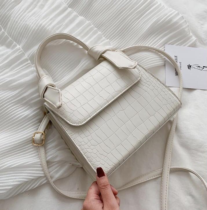 Женская квадратная сумочка на ремешке рептилия белая
