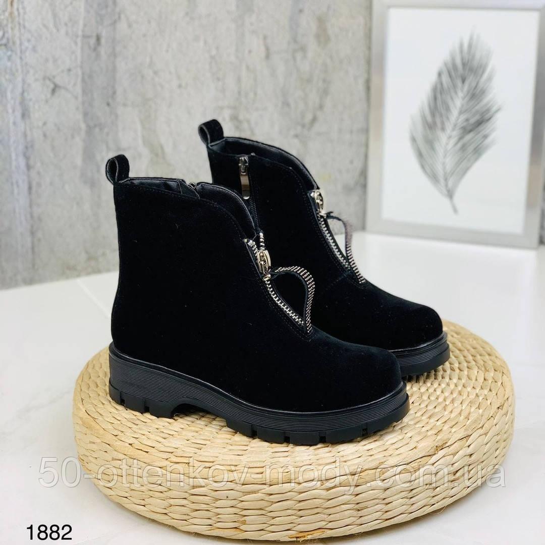 Женские демисезонные ботинки на молнии с камнями