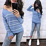 Жіночий в'язаний светр з V-вирізом і спадаючим плечем, візерунок - тонкі смужки (р. 42-46) 904961, фото 3
