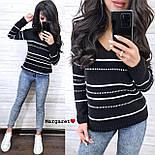 Жіночий в'язаний светр з V-вирізом і спадаючим плечем, візерунок - тонкі смужки (р. 42-46) 904961, фото 7