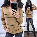 Жіночий в'язаний светр з V-вирізом і спадаючим плечем, візерунок - тонкі смужки (р. 42-46) 904961, фото 9