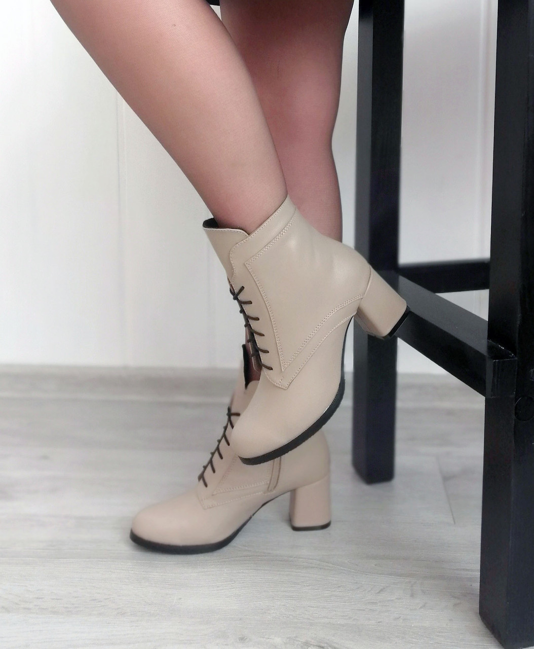 Бежевые кожаные ботинки на каблуке