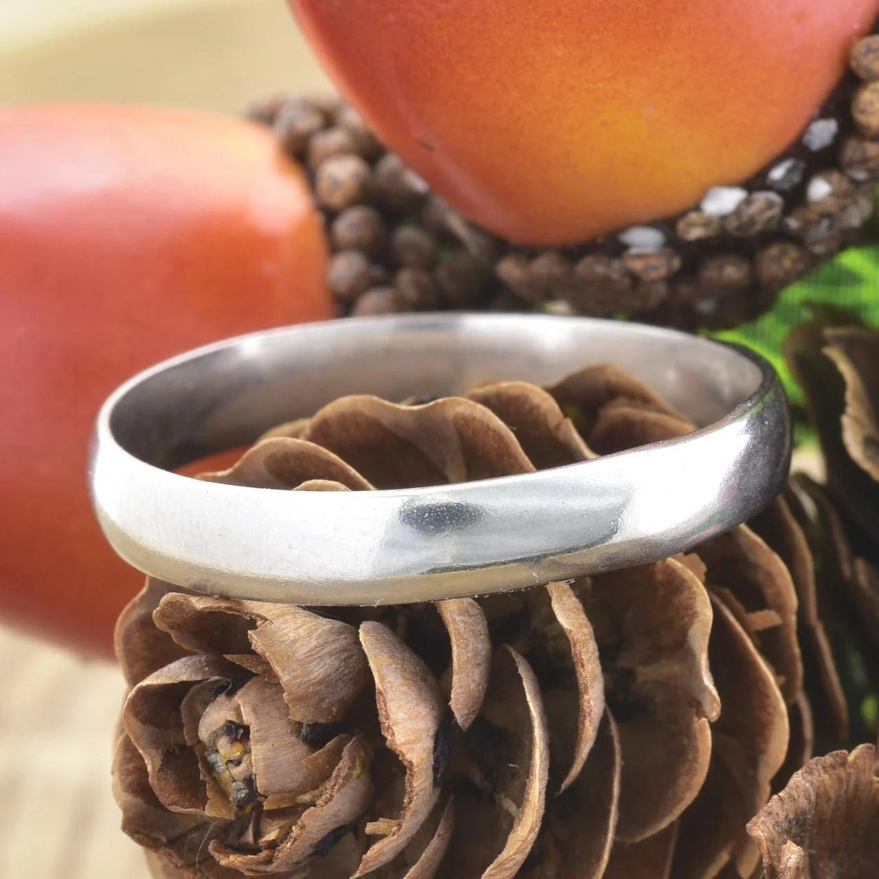 Серебряное обручальное кольцо вес 2.1 г размер 19