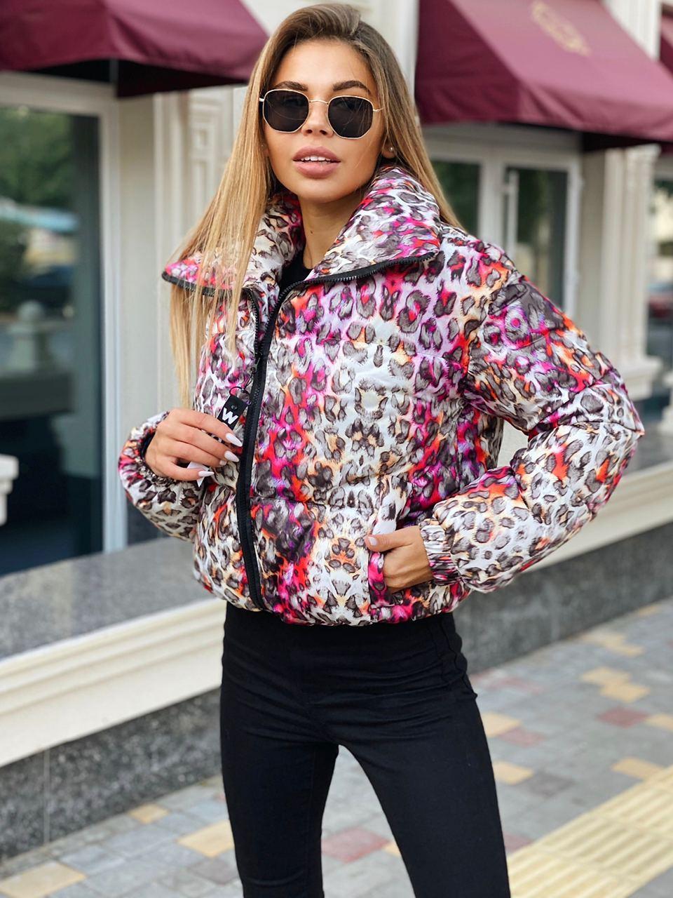 Женская принтованная куртка пуховик на зиму с воротником стойкой на молнии 22ki493