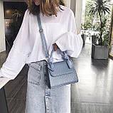 Женская большая квадратная сумочка на ремешке рептилия голубая, фото 6