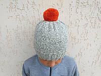Серая вязанная шапка ручной работы с оранжевым помпоном, фото 1