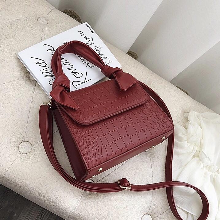 Женская большая квадратная сумочка на ремешке рептилия красная