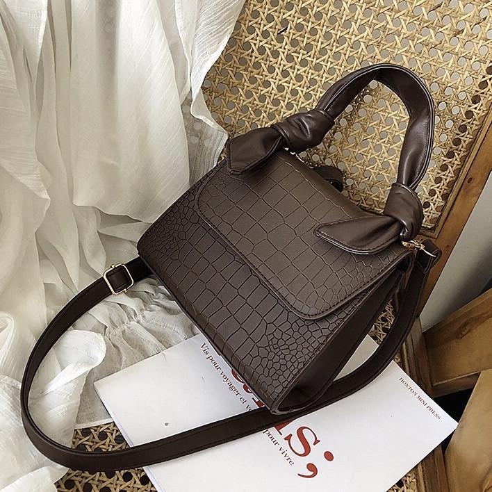 Женская большая квадратная сумочка на ремешке рептилия коричневая