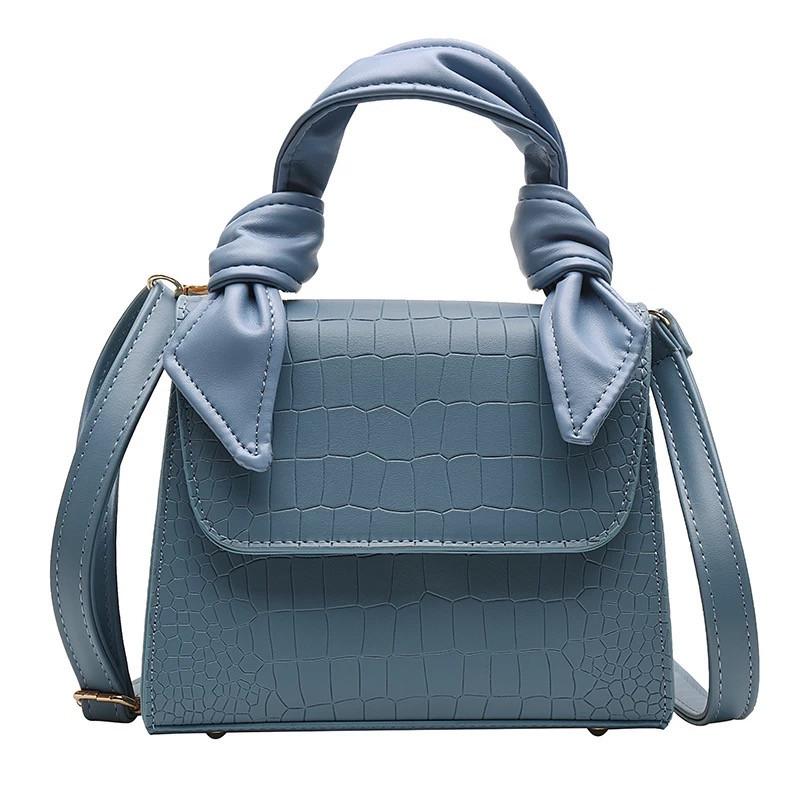 Женская большая квадратная сумочка на ремешке рептилия голубая