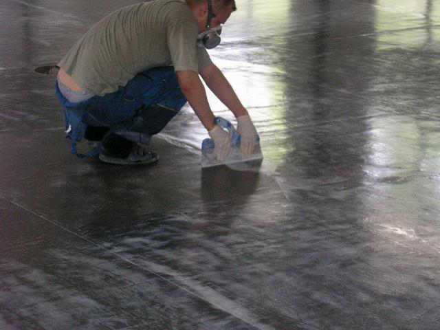 для масштабних робіт - наприклад, порозаполняющая стяжка по бетонній підлозі.