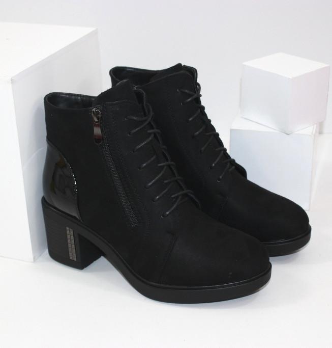 Классические замшевые демисезонные ботинки на удобном каблуке черного цвета