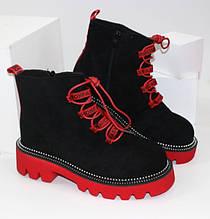 Замшевые демисезонные ботинки черные на красной подошве