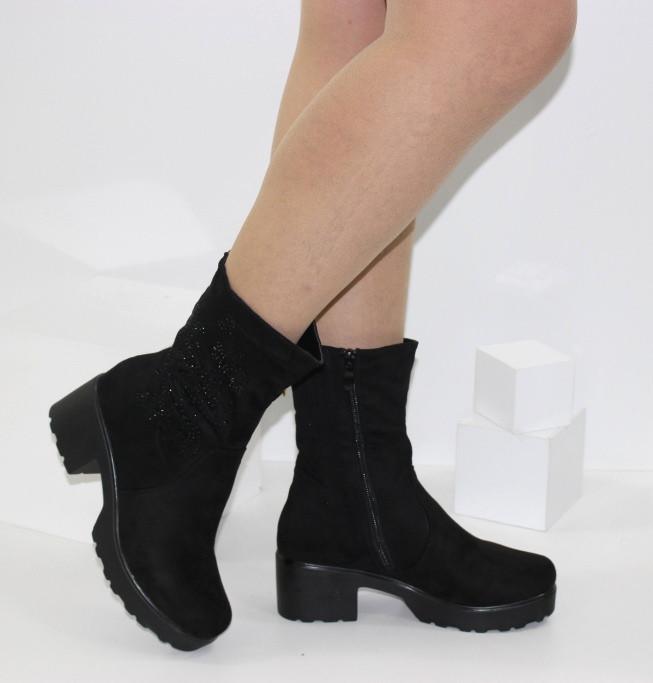 Замшевые демисезонные женские полусапожки на удобном каблуке черного цвета