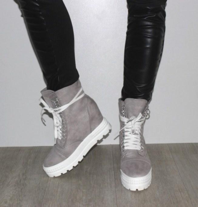 Высокие женские замшевые кроссовки сникерсы на скрытой танкетке  серого цвета