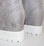 Высокие женские замшевые кроссовки сникерсы на скрытой танкетке  серого цвета, фото 10