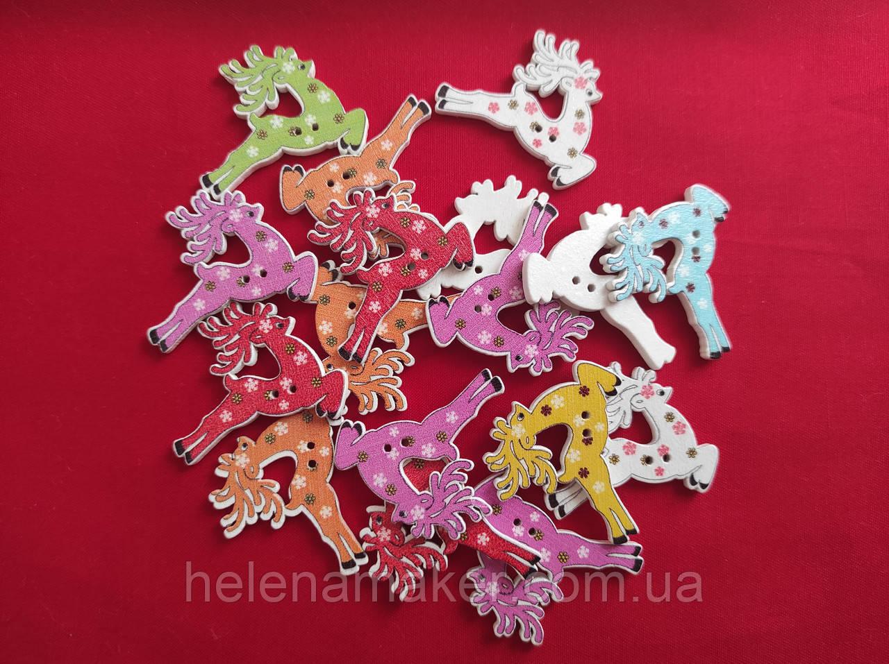 Деревянная декоративная пуговица Новогодний олень 30*35 мм