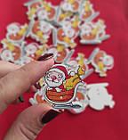 Деревянная декоративная пуговица Дед Мороз на санях 30*30 мм, фото 2