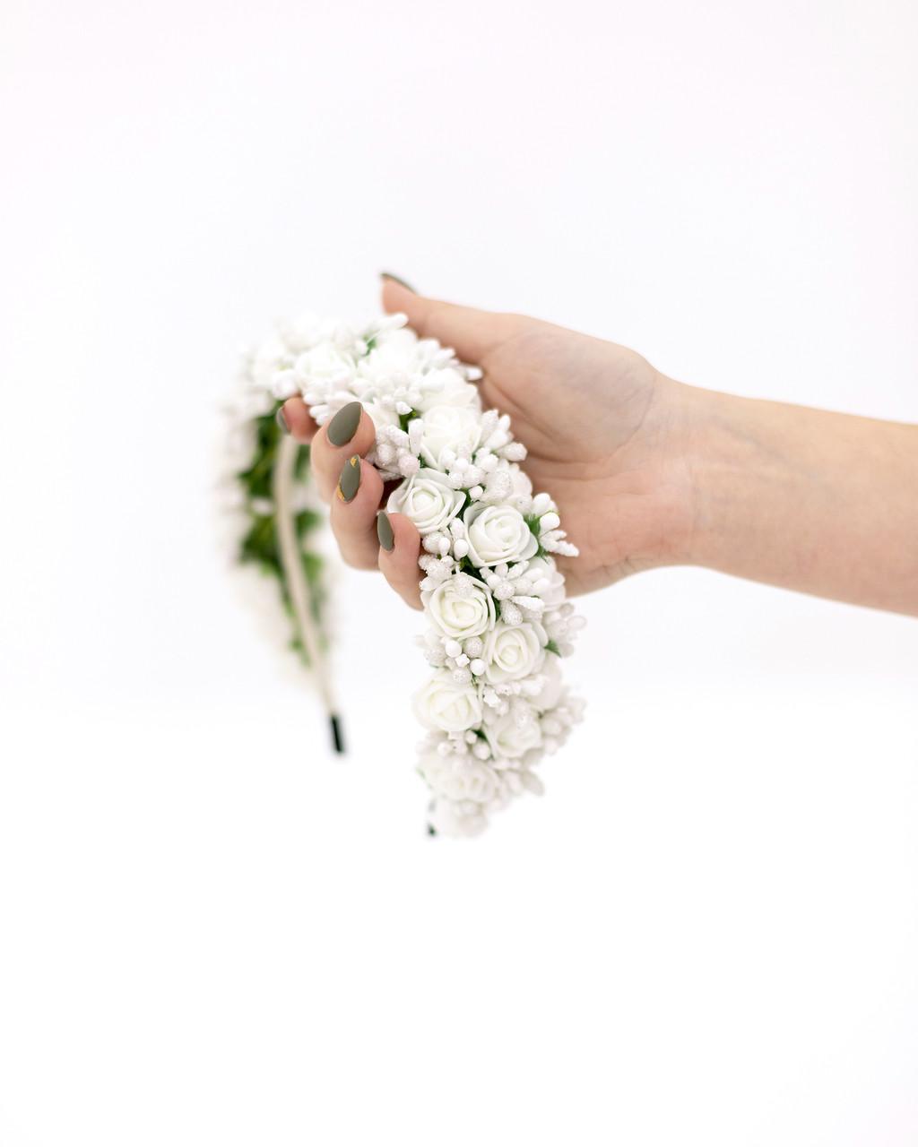 Венок из белых цветов