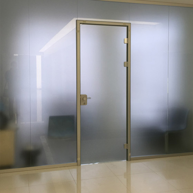Стеклянные двери в алюминиевых коробках